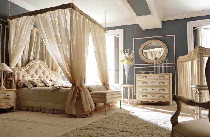 Спальня бежевого цвета с баладахином