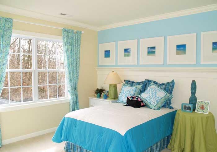 Ярко-голубая спальня