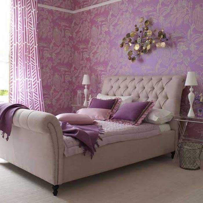 Кровать в сиреневой спальне