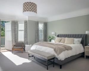 Спальня в серых тонах – нестандартный