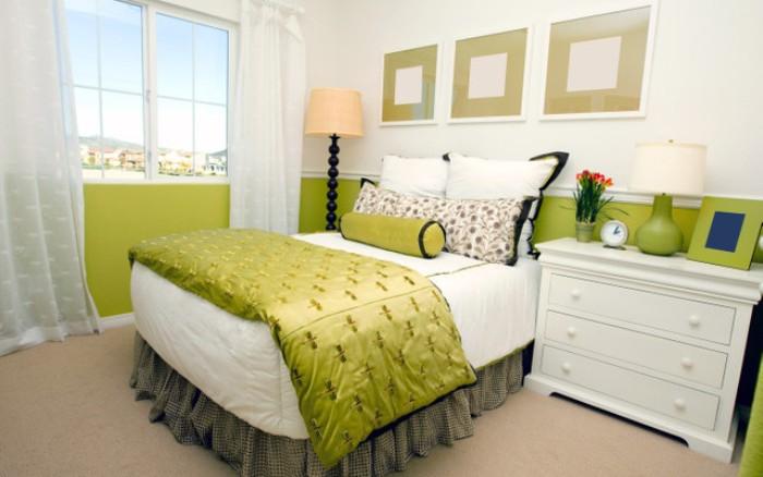 Серо-зеленая спальня