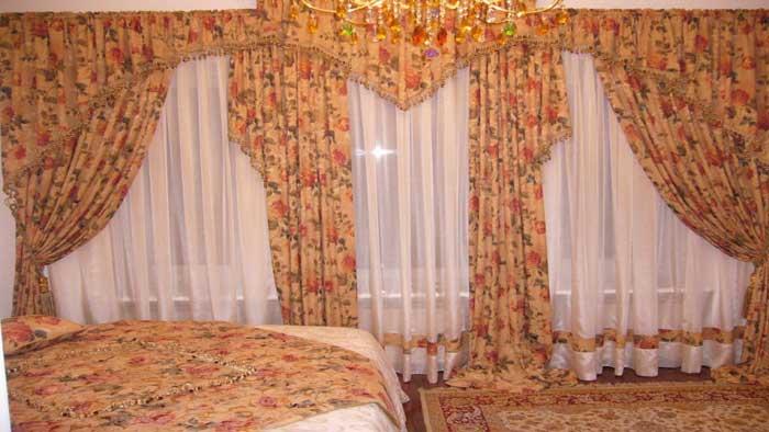 Тюль на окне спальни