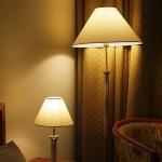 Как выбрать настольную лампу в спальню?