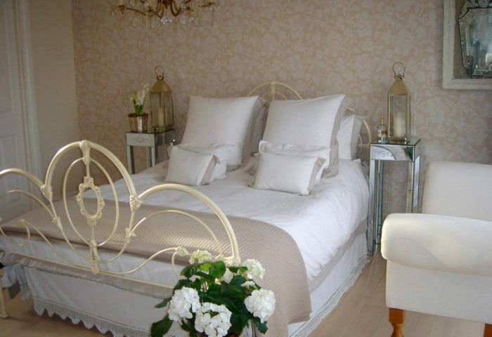 90004844_large_4497432_beautifulenglishbedroom22_2_