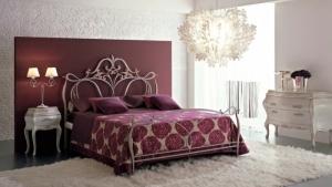 Спальня с кованой кроватью