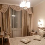 Классические шторы в спальню — фото