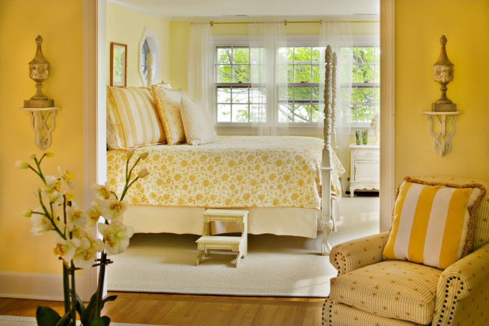 bountiful-decor-Suzy-q-better-decorating-bible-blog-interior-décor-design-trends-for-2013-hottest-most-talked-about-lemon-sorbet-styles-brass-hit-website-retro-botanicals-homey-kitchens-stripes