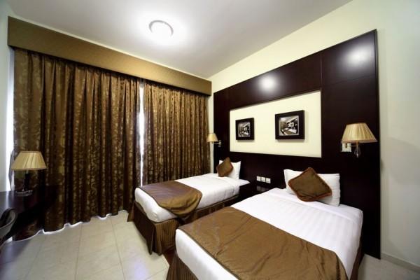Шторы коричневого цвета в спальне