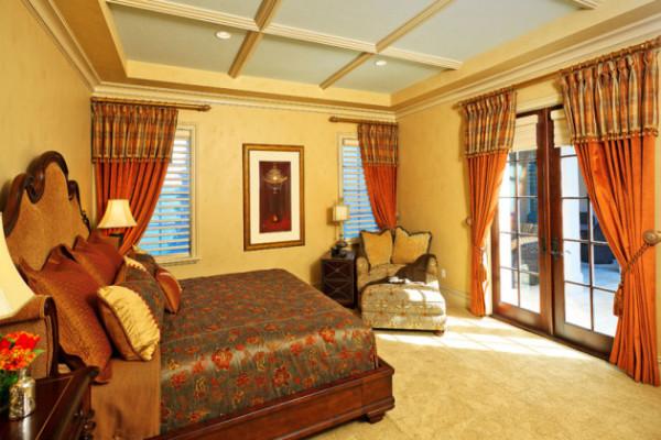 Оранжевые шторы в интерьере спальни