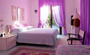 Фиолетовые шторы в спальне